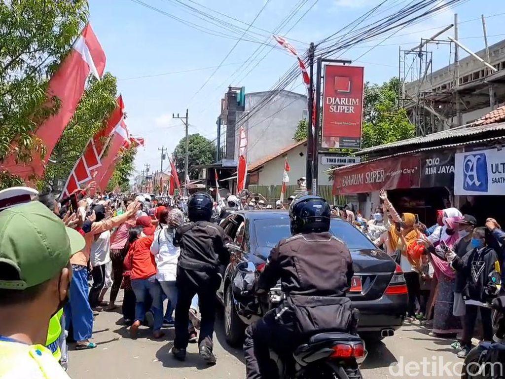 Penampakan Kerumunan Warga Berebut Kaus Pembagian Jokowi di Cilacap