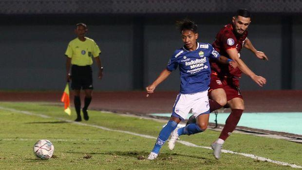Pesepak bola Borneo FC F Torrez (kanan) berebut bola dengan pesepak bola PERSIB Bandung Beckham Putra (kiri) pada lanjutan Liga 1 2021-2022 di Stadion Indomilk Arena, Tangerang, Banten, Kamis (23/9/2021). ANTARA FOTO/Muhammad Iqbal/foc.