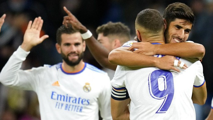 Real Madrids Marco Asensio, right, is congratulated by teammate Karim Benzema after scoring his teams fourth goal during a Spanish La Liga soccer match between Real Madrid and Mallorca at the Bernabeu stadium in Madrid, Spain, Wednesday, Sept. 22, 2021. (AP Photo/Manu Fernandez)