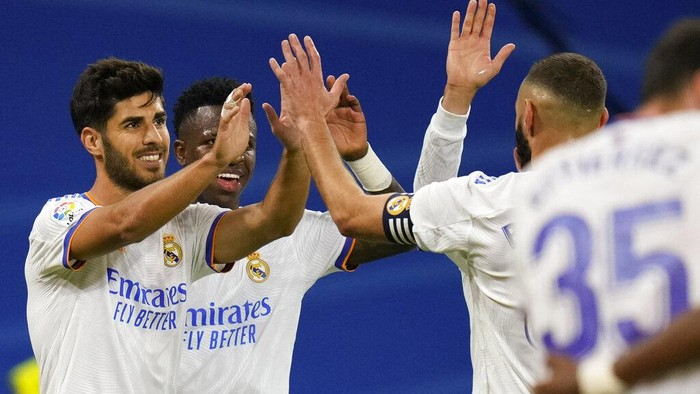 Real Madrids Marco Asensio, left, celebrates after scoring his teams second goal during a Spanish La Liga soccer match between Real Madrid and Mallorca at the Bernabeu stadium in Madrid, Spain, Wednesday, Sept. 22, 2021. (AP Photo/Manu Fernandez)