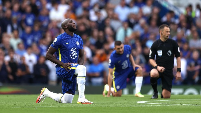 LONDON, ENGLAND - SEPTEMBER 11: Romelu Lukaku of Chelsea takes a knee in support of the Black Lives Matter movement prior to the Premier League match between Chelsea and Aston Villa at Stamford Bridge on September 11, 2021 in London, England. (Photo by Eddie Keogh/Getty Images)