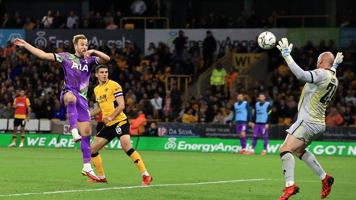 WOLVERHAMPTON, ENGLAND - SEPTEMBER 22: Harry Kane of Tottenham Hotspur has a header saved by John Ruddy of Wolverhampton Wanderers during the Carabao Cup Third Round match between Wolverhampton Wanderers and Tottenham Hotspur at Molineux on September 22, 2021 in Wolverhampton, England. (Photo by David Rogers/Getty Images)