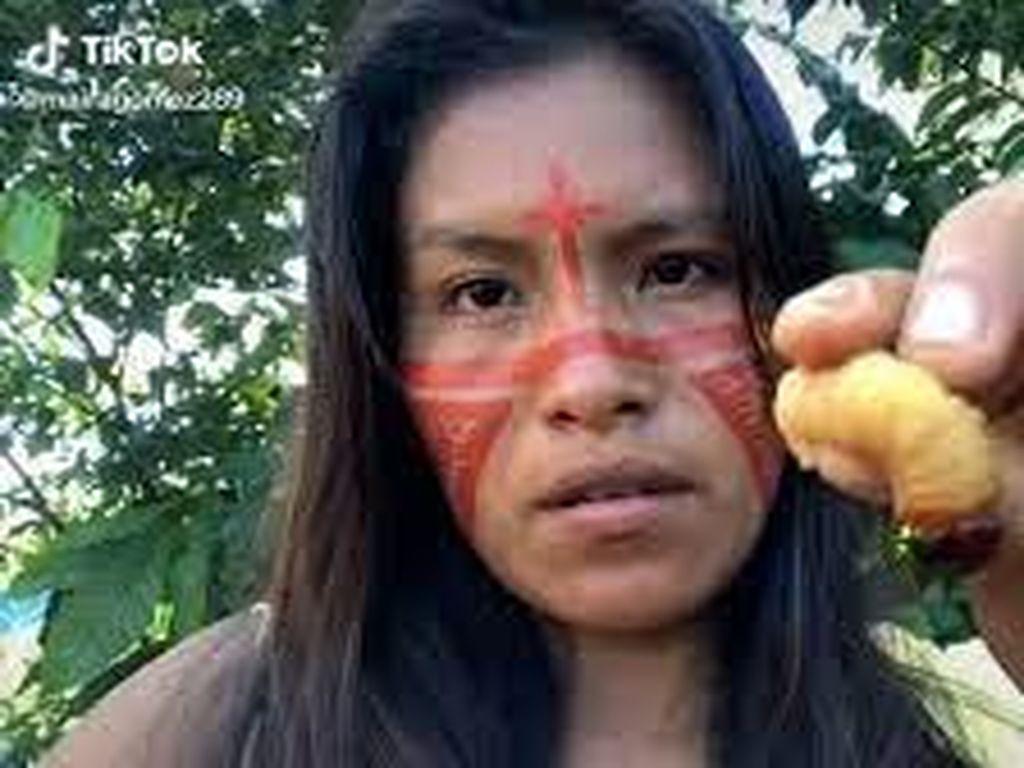 Wanita Suku Asli Brazil Ini Sukses Jadi Seleb TikTok Karena Hobi Makan Ulat