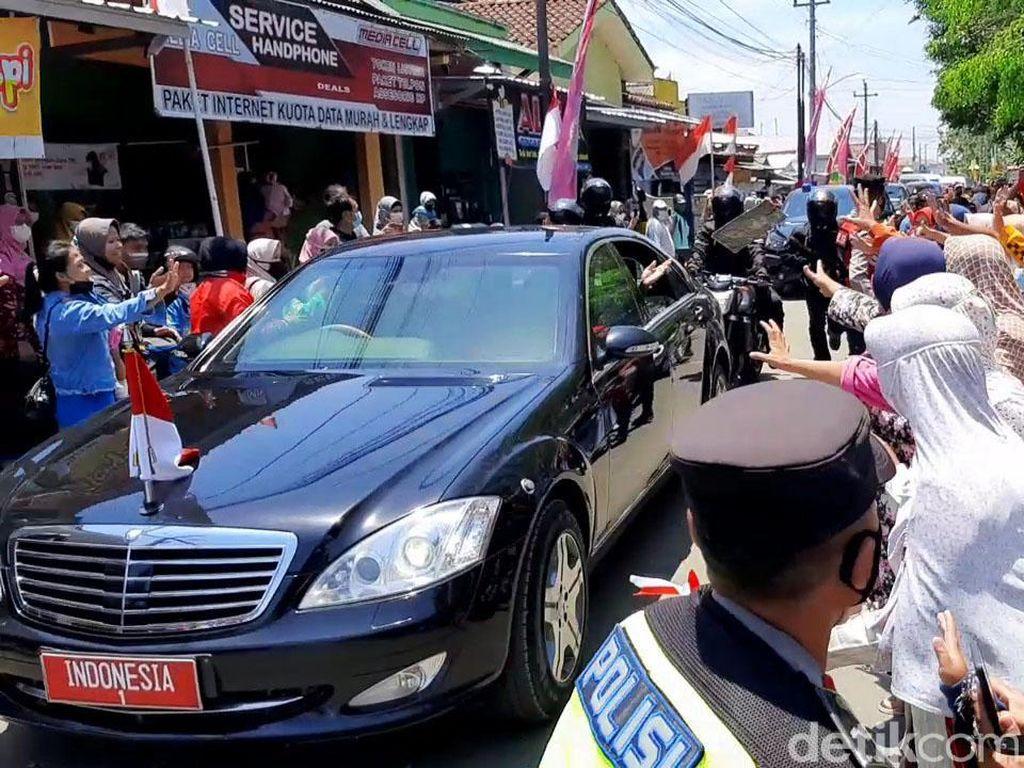 Di Cilacap Warga Berebut Kaus yang Dibagikan Jokowi