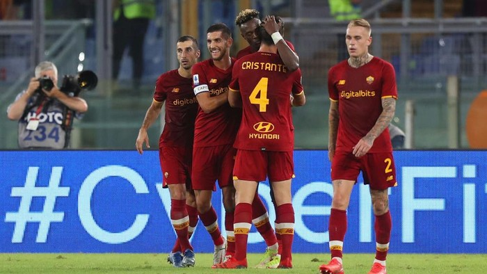 ROME, ITALY - SEPTEMBER 23:  Tammy Abraham with his teammates of AS Roma celebrates after scoring the opening goal during the Serie A match between AS Roma and Udinese Calcio at Stadio Olimpico on September 23, 2021 in Rome, Italy.  (Photo by Paolo Bruno/Getty Images)