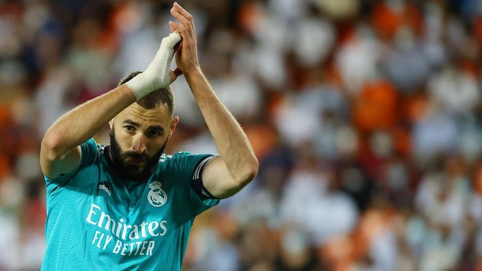 Real Madrids French forward Karim Benzema applauds during the Spanish League football match between Valencia CF and Real Madrid CF at the Mestalla stadium in Valencia on September 19, 2021. (Photo by JOSE JORDAN / AFP)