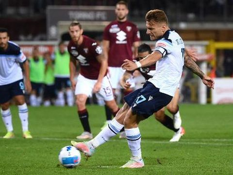 Lazios forward Ciro Immobile from Italy scores a penalty during the Italian Serie A football match Torino vs Lazio on September 23, 2021 at Grande Torino stadium in Turin. (Photo by MARCO BERTORELLO / AFP)