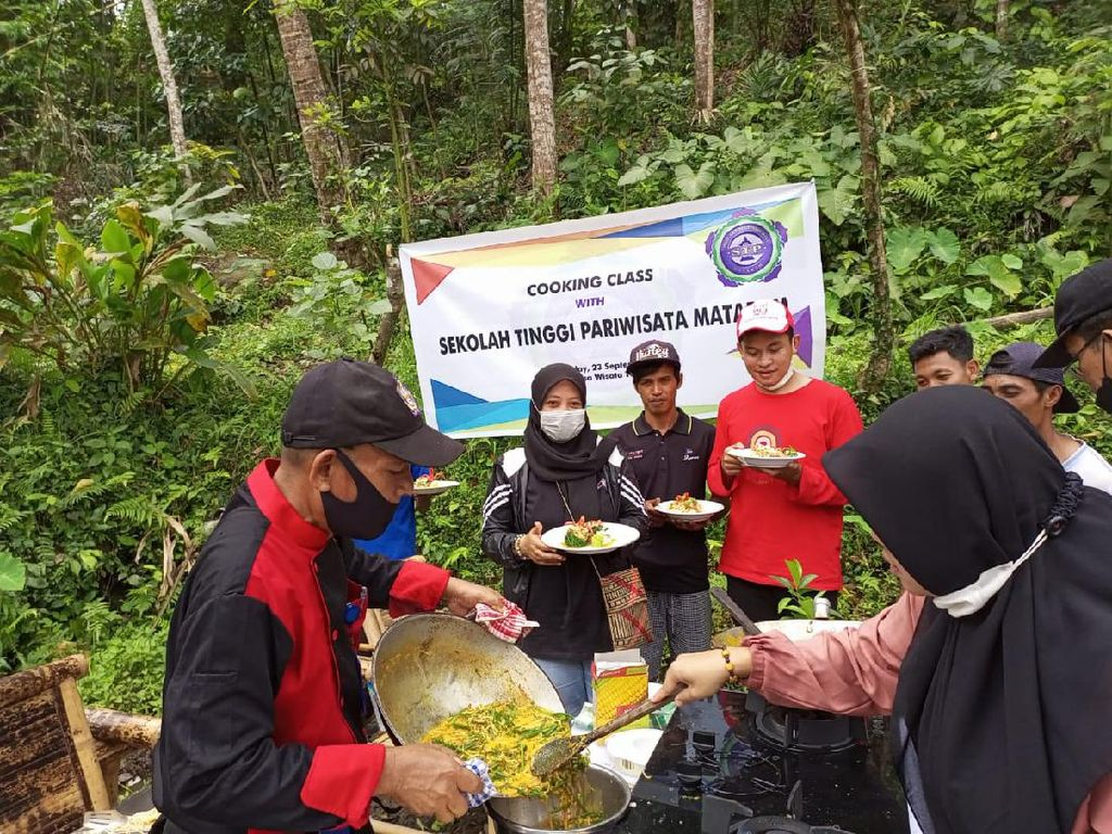 Saat STP Mataram Transfer Ilmu Masak Sehat ke Warga Desa Tetebatu