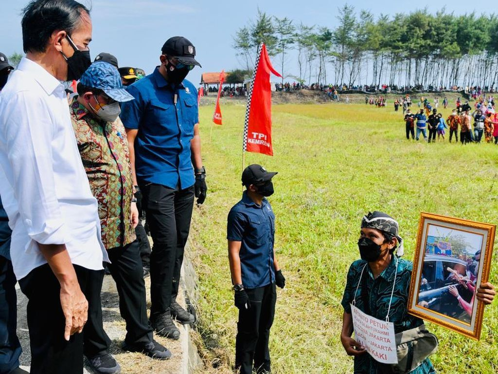 Momen Tak Biasa Warga Lari Demi Tunjukkan Foto ke Jokowi