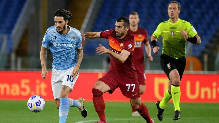 ROME, ITALY - MAY 15: Luis Alberto of SS Lazio compete for the ball with Henrikh Mkhitaryan of AS Roma during the Serie A match between AS Roma  and SS Lazio at Stadio Olimpico on May 15, 2021 in Rome, Italy. (Photo by Marco Rosi - SS Lazio/Getty Images)
