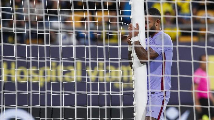 Barcelonas Memphis Depay reacts after missing a shot at goal during a Spanish La Liga soccer match between Cadiz and Barcelona at the Nuevo Mirandilla stadium in Cadiz, Spain, Thursday, Sept. 23, 2021. (AP Photo/Miguel Morenatti)