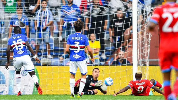 GENOA, ITALY - SEPTEMBER 23: Victor Osimhen of Napoli (R) scores a goal during the Serie A match between UC Sampdoria and SSC Napoli at Stadio Luigi Ferraris on September 23, 2021 in Genoa, Italy. (Photo by Getty Images)