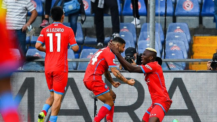 GENOA, ITALY - SEPTEMBER 23: Victor Osimhen of Napoli (R) celebrates with his team-mates Hirving Lozano and Lorenzo Insigne after scoring a goal during the Serie A match between UC Sampdoria and SSC Napoli at Stadio Luigi Ferraris on September 23, 2021 in Genoa, Italy. (Photo by Getty Images)