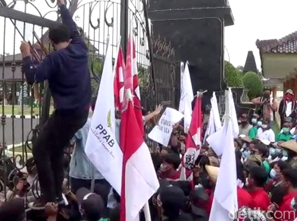 Peringati Hari Tani Nasional, Kantor Pemkab Blitar Digeruduk Massa
