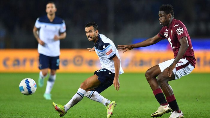 TURIN, ITALY - SEPTEMBER 23:  Wilfried Singo (R) of Torino FC competes with Pedro of SS Lazio during the Serie A match between Torino FC v SS Lazio at Stadio Olimpico di Torino on September 23, 2021 in Turin, Italy.  (Photo by Valerio Pennicino/Getty Images)