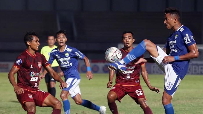 Pesepak bola PERSIB Bandung Wander Luiz (kanan) dibayangi pesepak bola Borneo FC menghalau bola pada lanjutan Liga 1 2021-2022 di Stadion Indomilk Arena, Tangerang, Banten, Kamis (23/9/2021). Dalam pertandingan tersebut Persib Bandung melawan Borneo FC bermain imbang dengan Skor 0 - 0. ANTARA FOTO/Muhammad Iqbal/foc.