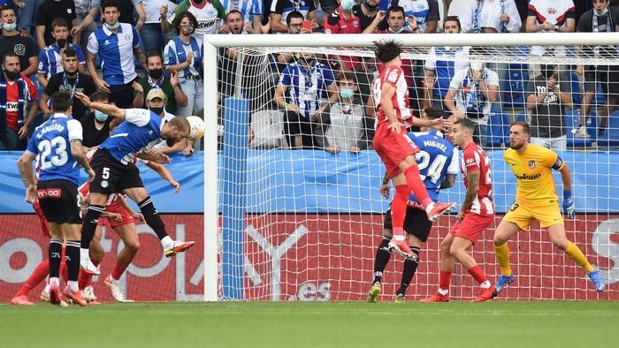 VITORIA-GASTEIZ, SPAIN - SEPTEMBER 25: Victor Laguardia of Deportivo Alaves scores a goal during the La Liga Santader match between Deportivo Alaves and Club Atletico de Madrid (Photo by Juan Manuel Serrano Arce/Getty Images)
