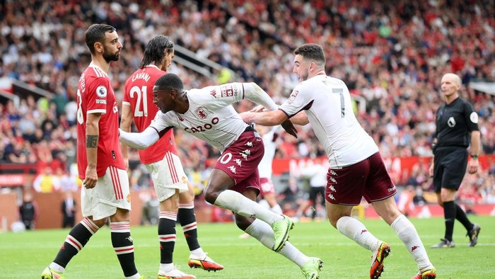 MANCHESTER, ENGLAND - SEPTEMBER 25: Kortney Hause of Aston Villa celebrates with teammate JohnMcGinn after scoring their teams first goal during the Premier League match between Manchester United and Aston Villa at Old Trafford on September 25, 2021 in Manchester, England. (Photo by Laurence Griffiths/Getty Images)