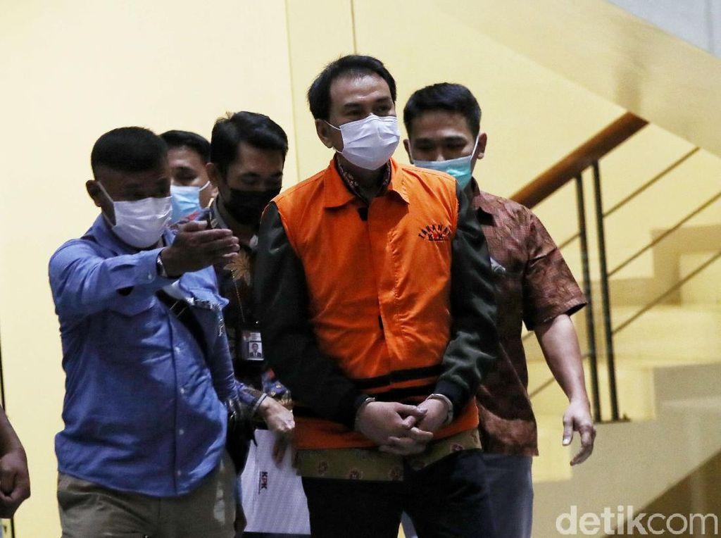 Momen KPK Umumkan Azis Syamsuddin Tersangka Suap-Resmi Ditahan