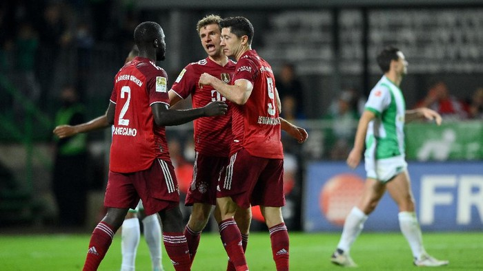 FUERTH, GERMANY - SEPTEMBER 24: Robert Lewandowski of FC Bayern Muenchen  celebrates  with Dayot Upamecano and Thomas Mueller after scoring their teams third goal  during the Bundesliga match between SpVgg Greuther Fürth and FC Bayern München at Sportpark Ronhof Thomas Sommer on September 24, 2021 in Fuerth, Germany. (Photo by Sebastian Widmann/Getty Images)