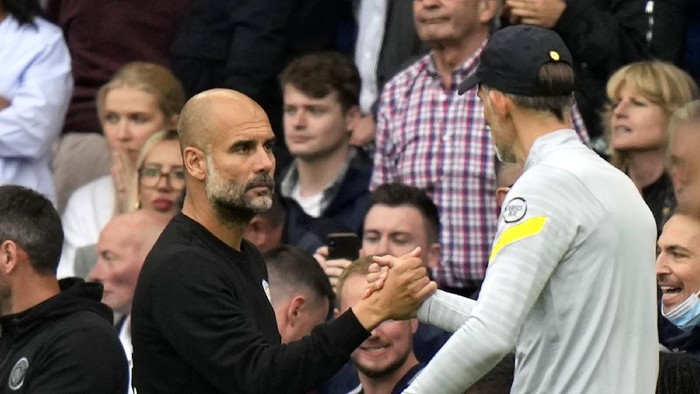 Chelseas head coach Thomas Tuchel, right, shakes hands with Manchester Citys head coach Pep Guardiola at the end of the English Premier League soccer match between Chelsea and Manchester City at Stamford Bridge Stadium in London, Saturday, Sept. 25, 2021. (AP Photo/Alastair Grant)
