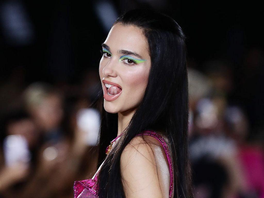 7 Gaya Seksi Dua Lipa di Fashion Show Versace, Perdana Jadi Model Catwalk