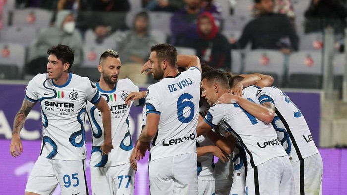 FLORENCE, ITALY - SEPTEMBER 21: Edin Dzeko of FC Internazionale celebrates after scoring a goal during the Serie A match between ACF Fiorentina v FC Internazionale on September 21 in Florence, Italy.  (Photo by Gabriele Maltinti/Getty Images)