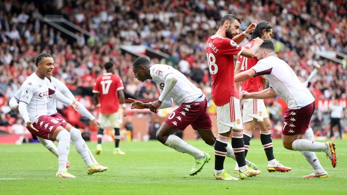 MANCHESTER, ENGLAND - SEPTEMBER 25: Kortney Hause of Aston Villa (C) celebrates after scoring their teams first goal during the Premier League match between Manchester United and Aston Villa at Old Trafford on September 25, 2021 in Manchester, England. (Photo by Laurence Griffiths/Getty Images)