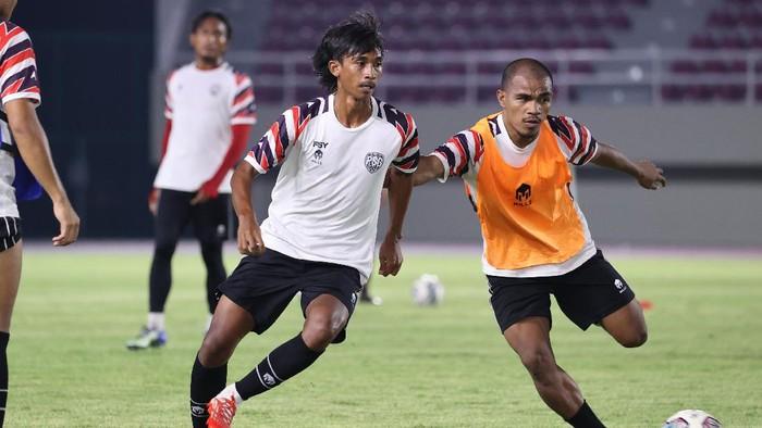 Pemain PSG Pati (AHHA PS Pati) saat OT di Stadion Manahan, Solo, Jumat (24/9/2021).