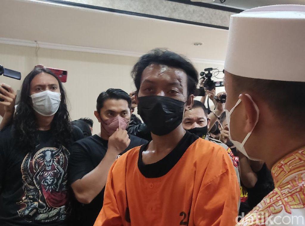 Gempar Pria Bakar Mimbar-Sajadah Masjid Raya Makassar