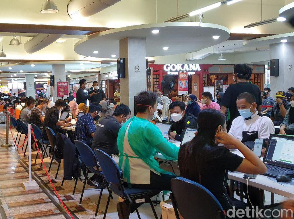 Antusiasme Warga Ikuti Vaksinasi COVID-19 Massal di Transmart Lebakbulus