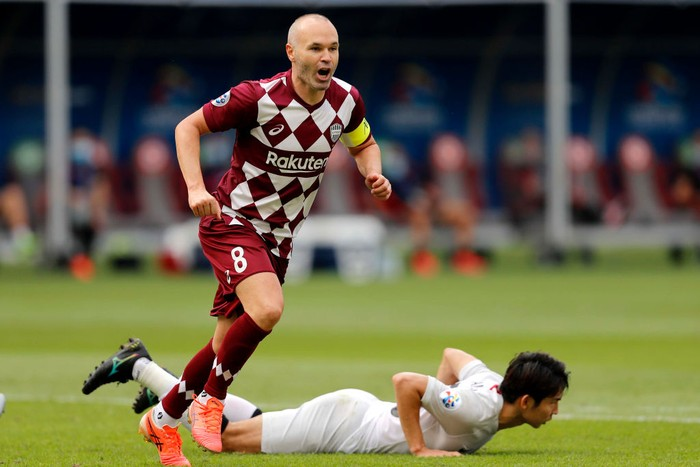 DOHA, QATAR - DECEMBER 07: Andres Iniesta of Vissel Kobe celebrates his goal during the AFC Champions League Round of 16 match between Vissel Kobe and Shanghai SIPG at the Khalifa International Stadium on December 7, 2020 in Doha, Qatar. (Photo by Mohamed Farag/Getty Images)