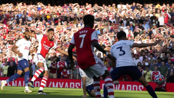 Arsenals Pierre-Emerick Aubameyang, second left, scores his sides second goal during the English Premier League soccer match between Arsenal and Tottenham Hotspur at the Emirates stadium in London, Sunday, Sept. 26, 2021. (AP Photo/Frank Augstein)