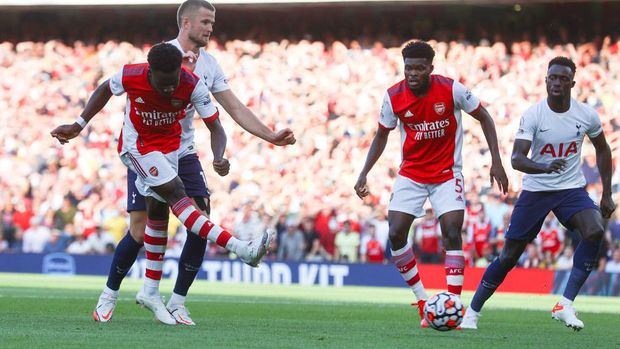 LONDON, ENGLAND - SEPTEMBER 26: Bukayo Saka of Arsenal scores their side's third goal during the Premier League match between Arsenal and Tottenham Hotspur at Emirates Stadium on September 26, 2021 in London, England. (Photo by Clive Rose/Getty Images)