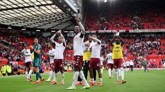 MANCHESTER, ENGLAND - SEPTEMBER 25: The Aston Villa squad celebrate towards the fans following the Premier League match between Manchester United and Aston Villa at Old Trafford on September 25, 2021 in Manchester, England. (Photo by Laurence Griffiths/Getty Images)