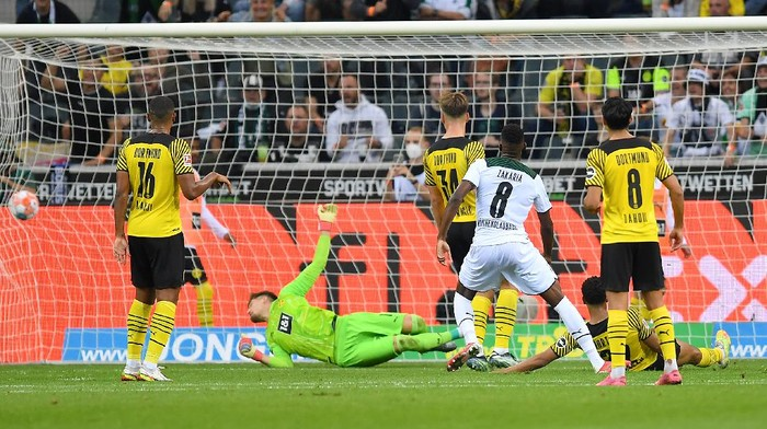 MOENCHENGLADBACH, GERMANY - SEPTEMBER 25: Denis Zakaria of Borussia Moenchengladbach scores their teams first goal during the Bundesliga match between Borussia Mönchengladbach and Borussia Dortmund at Borussia-Park on September 25, 2021 in Moenchengladbach, Germany. (Photo by Frederic Scheidemann/Getty Images)
