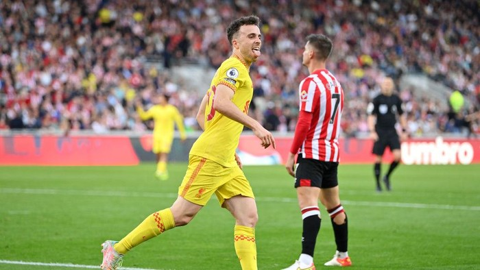 BRENTFORD, ENGLAND - SEPTEMBER 25: Diogo Jota of Liverpool celebrates scoring his sides first goal during the Premier League match between Brentford and Liverpool at Brentford Community Stadium on September 25, 2021 in Brentford, England. (Photo by Justin Setterfield/Getty Images)