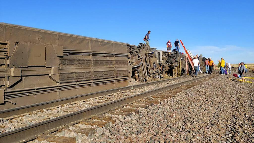 Momen Evakuasi Penumpang Kereta Amtrak yang Anjlok di AS