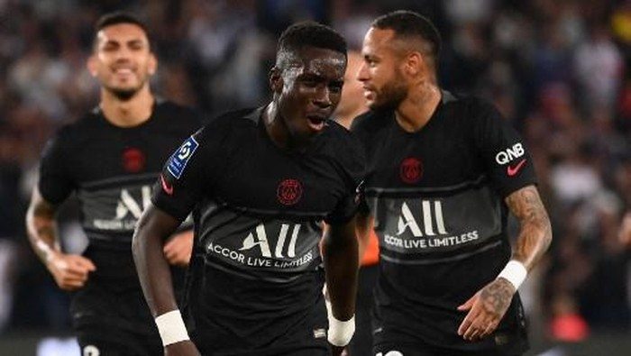 Paris Saint-Germains Senegalese midfielder Idrissa Gueye celebrates after scoring a goal during the French L1 football match between Paris Saint-Germain (PSG) and Montpellier (MHSC) at The Parc des Princes stadium in Paris on September 25, 2021. (Photo by FRANCK FIFE / AFP)