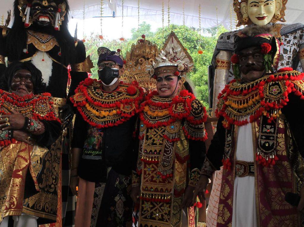 Semringahnya Penari Barongsai Ini Bertemu Sandiaga Uno di Bali