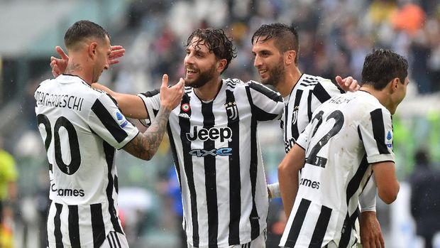 Soccer Football - Serie A - Juventus v Sampdoria - Allianz Stadium, Turin, Italy - September 26, 2021  Juventus' Manuel Locatelli celebrates scoring their third goal with teammates REUTERS/Massimo Pinca