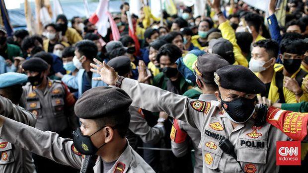 Badan Eksekutif Mahasiswa Seluruh Indonesia (BEM SI) menggelar aksi unjuk rasa di Gedung Merah Putih Komisi Pemberantasan Korupsi (KPK), Senin (25/9). (CNN Indonesia/ Andry Novelino)