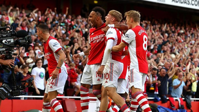 LONDON, ENGLAND - SEPTEMBER 26: Emile Smith Rowe of Arsenal celebrates with GranitXhaka, Pierre-Emerick Aubameyang and Martin Odegaard after scoring their sides first goal during the Premier League match between Arsenal and Tottenham Hotspur at Emirates Stadium on September 26, 2021 in London, England. (Photo by Clive Rose/Getty Images)