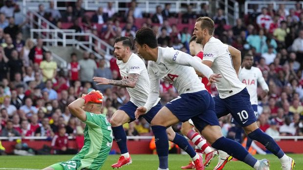 Tottenham's Son Heung-min, center, scores his side's opening goal during the English Premier League soccer match between Arsenal and Tottenham Hotspur at the Emirates stadium in London, Sunday, Sept. 26, 2021. (AP Photo/Frank Augstein)