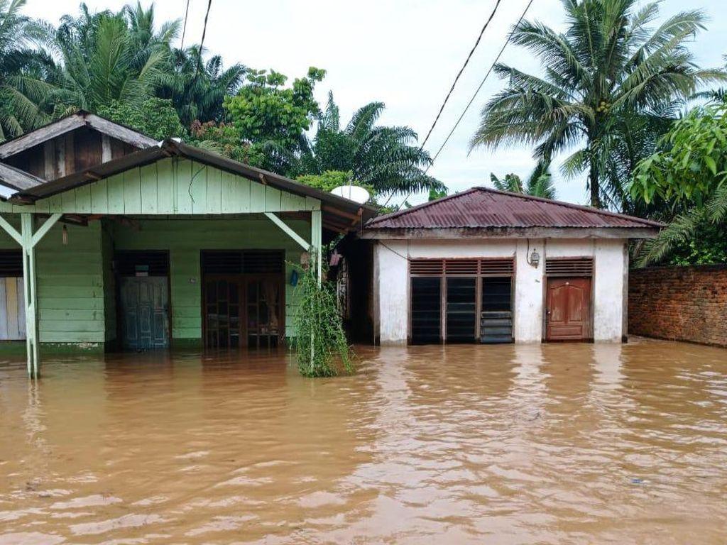 8 Kecamatan di Kota Padang Terendam Banjir, 418 Warga Dievakuasi