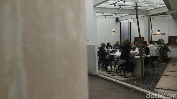 Tempat ngopi ini sengaja diberi nama Coffee de.u agar mudah diingat oleh wisatawan. Kapasitas maksimal kedai kopi ini sekitar 300 orang, namun karena PPKM dibatasi jadi hanya 150-200 orang. (Wisma Putra/detikTravel)