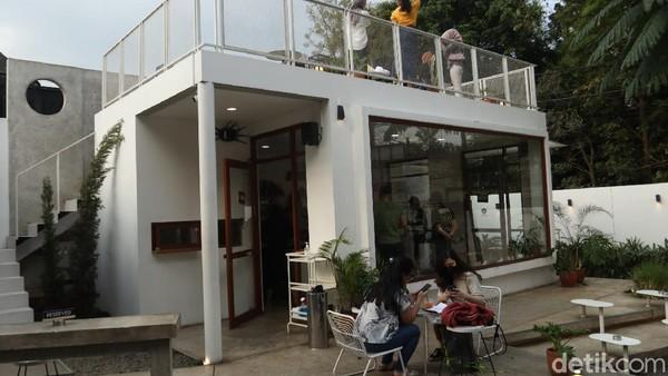 Traveler lagi di Bandung dan ingin mencari tempat nongkrong dan ngopi dengan suasana nyaman? Coffee de.u di Jalan Dipati Ukur ini bisa jadi pilihan. (Wisma Putra/detikTravel)