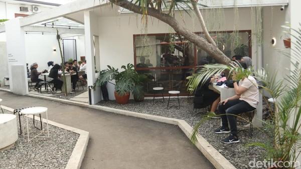 Lokasi tepatnya berada di Jalan Dipati Ukur No 23, Lebakgede, Kecamatan Coblong, Kota Bandung. Kedai kopi ini memiliki konsep tropical minimalis yang membuat betah siapa saja yang mengunjunginya. (Wisma Putra/detikTravel)