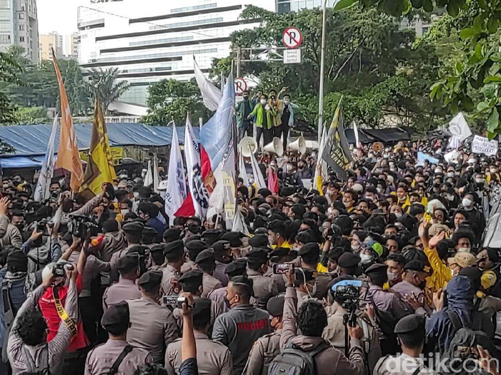 Penampakan Kerumunan Aliansi BEM SI yang Paksa Aksi di Depan KPK