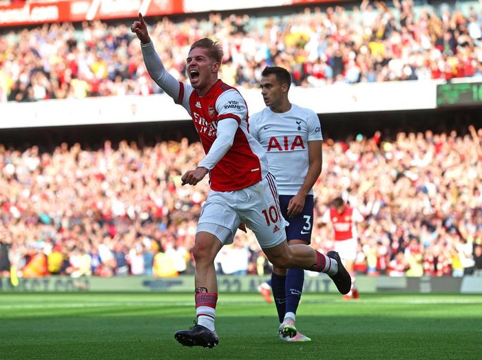 LONDON, ENGLAND - SEPTEMBER 26: Emile Smith Rowe of Arsenal celebrates after scoring their sides first goal during the Premier League match between Arsenal and Tottenham Hotspur at Emirates Stadium on September 26, 2021 in London, England. (Photo by Clive Rose/Getty Images)